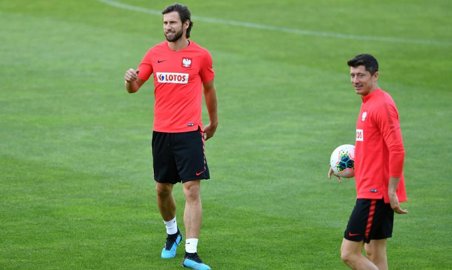 Zawodnicy piłkarskiej reprezentacji Polski Grzegorz Krychowiak (L) i Robert Lewandowski (P) podczas treningu kadry w Warszawie