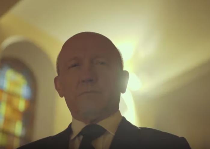 Artur Barciś w teledysku Roberta Mroza