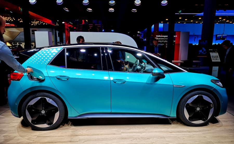 Volkswagen ID.3 imponuje rozstawem osi – ten parametr wynosi 2765 mm. To tylko 21 mm mniej niż oferuje Passat