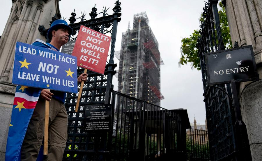 Protest przed budynkiem brytyjskiego Parlamentu