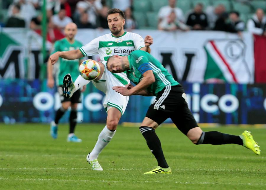 Piłkarz Legii Warszawa Artur Jędrzejczyk (P) i Artur Sobiech (L) z Lechii Gdańsk podczas meczu Ekstraklasy