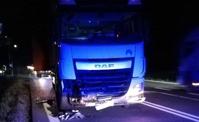 Sprawcą wypadku był kierowca osobowego auta, który jest policjantem. Wymusił on pierwszeństwo na kierującym TIR-em