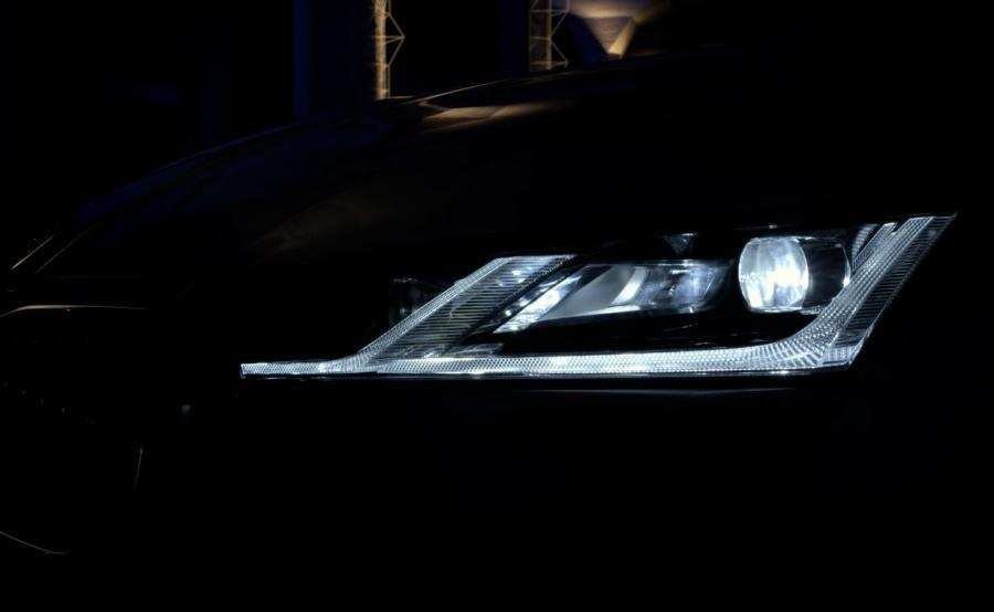 W węższych przednich reflektorach i światłach tylnych zastosowano technologię LED. A najbogatsza odmiana dostanie reflektory Full LED Matrix. Ten system generuje wiązkę światła złożoną z kilku indywidualnie sterowanych segmentów. Dzięki temu światła drogowe mogą być włączone przez cały czas bez oślepiania innych użytkowników drogi