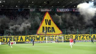 Kibice Wisły Kraków podczas meczu piłkarskiej Ekstraklasy z Pogonią Szczecin