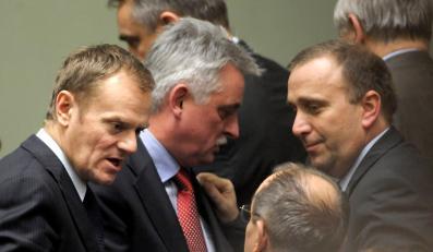 PO kłóci się o krytyczne słowa Grzegorza Schetyny, ale prawdziwym zmartwieniem jest spadające poparcie