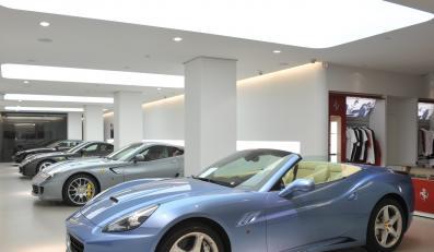 Salon kultowych włoskich samochodów Ferrari już został otwarty w dawnym gmachu KC przy ul. Nowy Świat 6/12 w Warszawie.