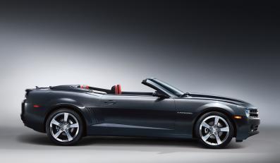 Oto chevrolet camaro w wersji kabrio. Ikona amerykańskich dróg w nowym wcieleniu zrzuca ciuszki w 20 sekund. Właśnie tyle trwa spektakl składania miękkiego, płóciennego dachu...