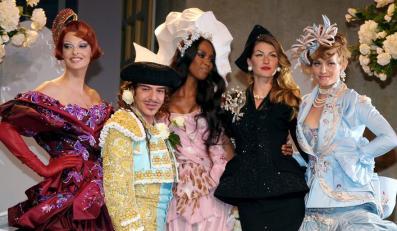 Skandalista John Galliano z legendarnymi topmodelkami: Lindą Evangelistą i Naomi Campbell