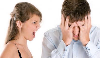 Kobieta krzyczy na mężczyznę