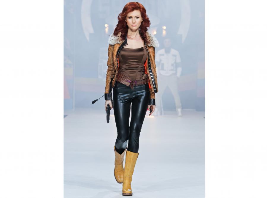 Anna Chapman na wybiegu w roli uzbrojonej modelki