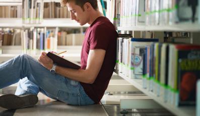 Student w bibliotece - zdjęcie ilustracyjne