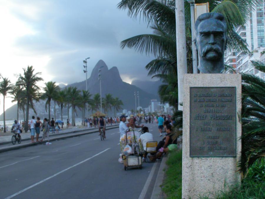Głowa Marszałka wypatruje plażowiczów na Ipanemie