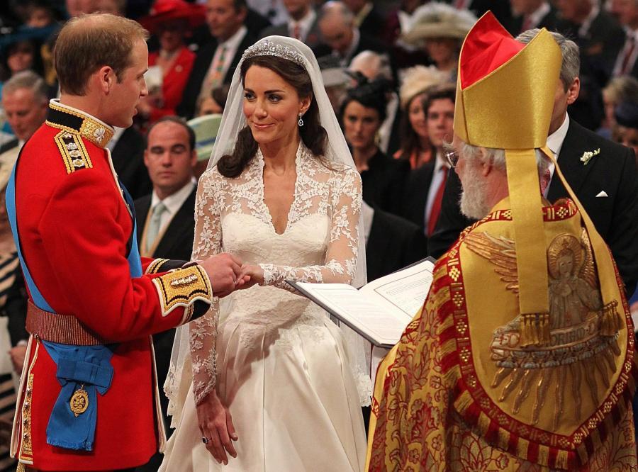 Książę William wkłada ślubną obrączkę Kate Middleton