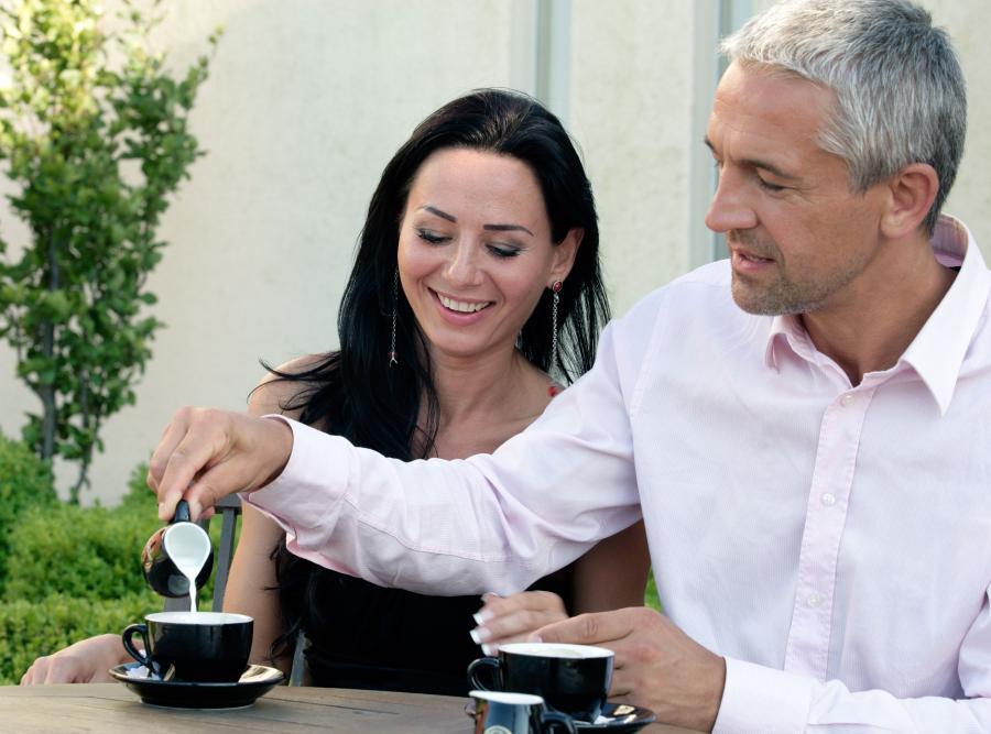 Para pijąca kawę