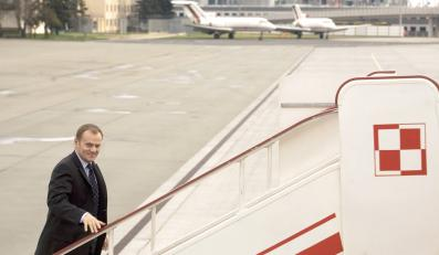 Premier Tusk wsiada do samolotu, którym poleciał do Izraela