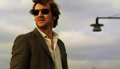 Eric Winter to elegant i snob. A także komisarz policji z Göteborga