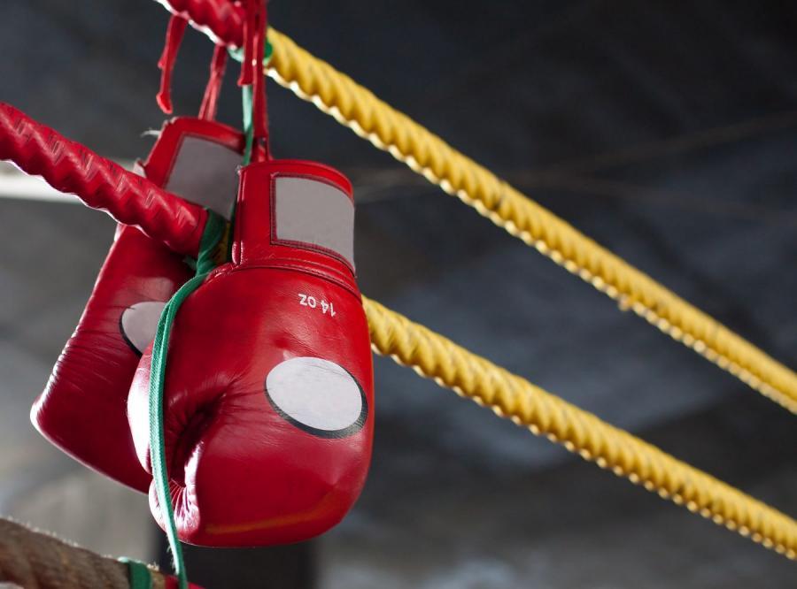 Stłukli prętami i łomami zawodnika MMA