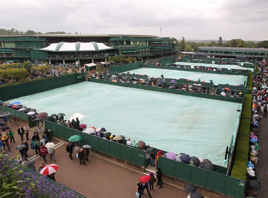 Na Wimbledonie ciągle pada
