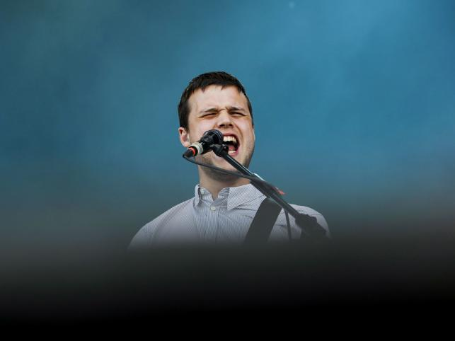 Wokalista White Lies, Harry McVeigh na Optimus Alive Music festival w Portugali