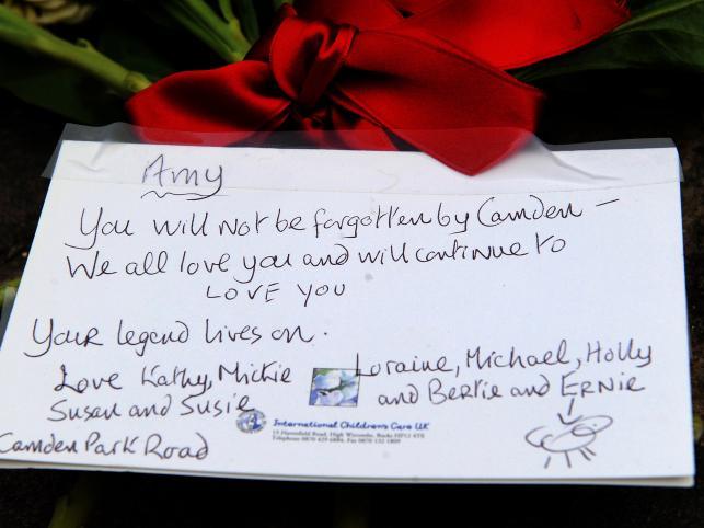 Fani składają kwiaty i listy pożegnalne