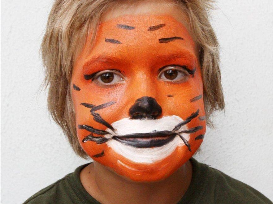 Farbki do malowania buź dzieci mogą być szkodliwe. Fot. Artur Gierwatowski / Edytor
