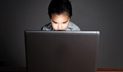 """""""Dzieci okrada się z dzieciństwa wystawiając ich na oddziaływanie internetowej pornografii"""""""