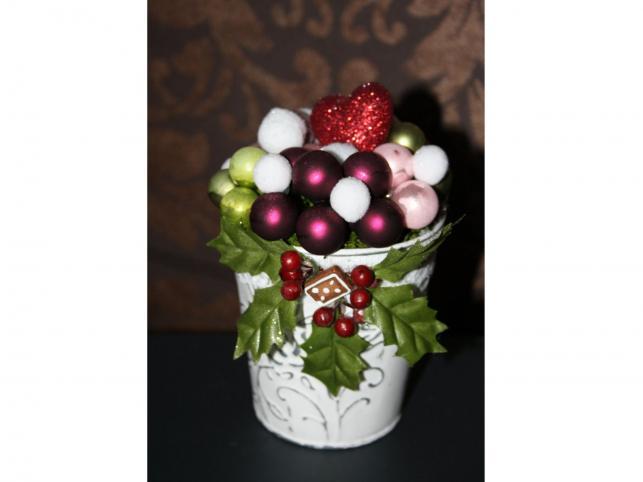 Bielone miniwiaderko, wypełnione bombkami, ozdobione liśćmi ostrokrzewu i brokatowym serduszkiem. Autorka: Marta Jarosińska-Mańka