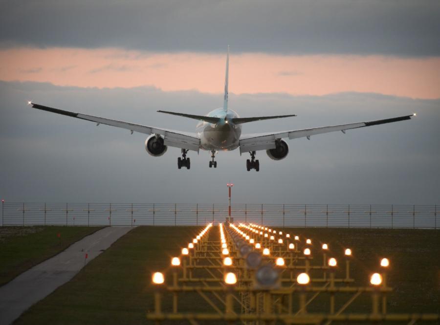 Samolot podchodzi do lądowania - zdjęcie ilustracyjne