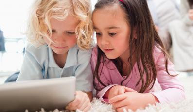 Dzieci bawią się tabletem