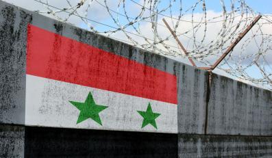 Flaga Syrii na więziennym murze