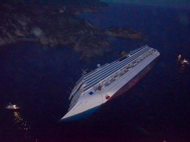 """Dramat statku wycieczkowego rozegrał się późnym wieczorem w piątek. """"Costa Concordia"""", na pokładzie której znajdowało się ponad 4200 osób, uderzyła w podmorskie skały i osiadła na mieliźnie na boku, nabierając wody"""