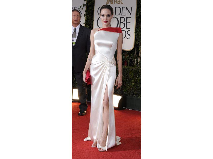 Angelina Jolie na Złotych Globach zaprezentowała suknię od Atelier Ersace. Kreacja podkreślała biust i biodra aktorki