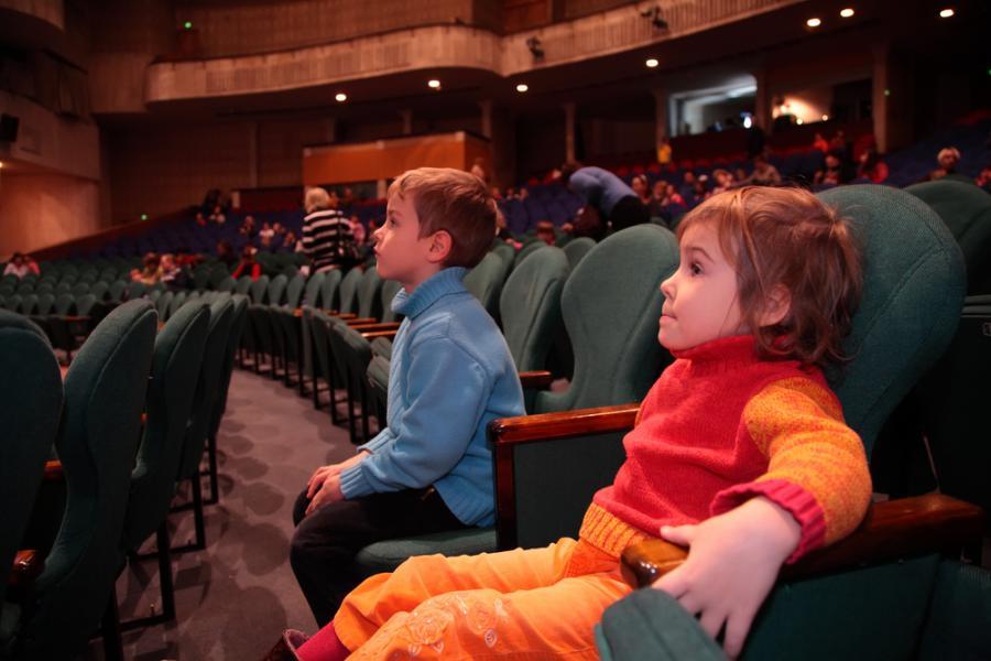 Dzieci w teatrze.