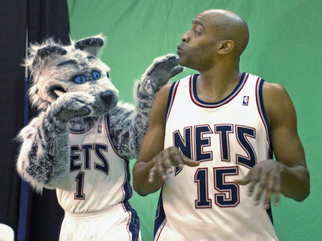 Sly, maskotka New Jersey Nets, tańczy z Vince'm Carterem