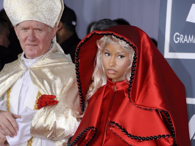 Nicki Minaj wywołała skandal przychodząc pod rękę z mężczyzną przebranym za papieża