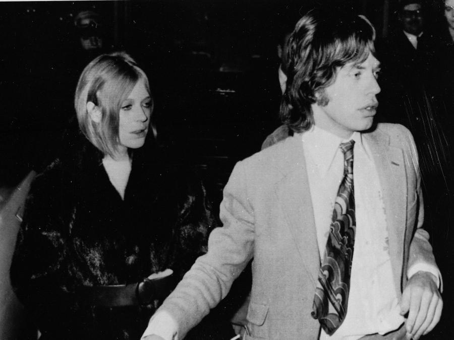 Gdy Marianne Faitfull poznała Micka Jaggera, była dość niewinną panienką. Co prawda Jagger bardziej udawał, niż brał narkotyki, to faktem jest, że to w czasie trwania ich związku Marianne zaczęła brać