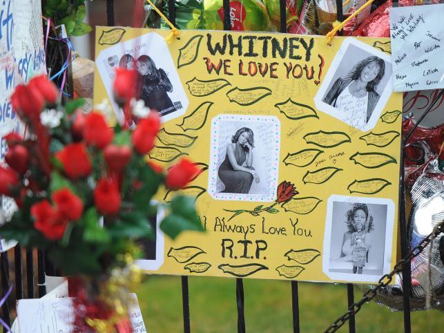 Miłośnicy talentu Whitney Houston przynoszą zdjęcia i listy wyrażające uwielbienie dla twórczości piosenkarki
