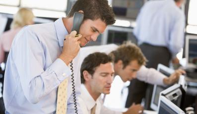 Makler rozmawia z klientem przez telefon