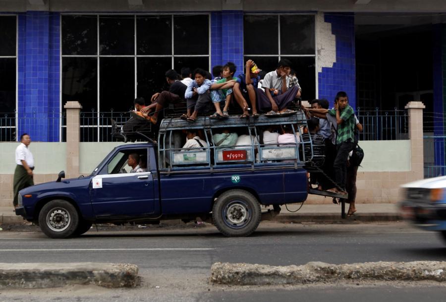 Przeładowany samochód w Yangon w Birmie