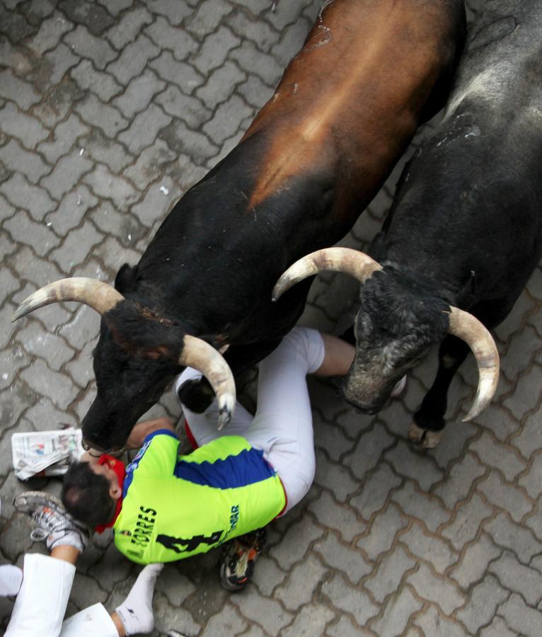 Mężczyzna stratowany przez byki