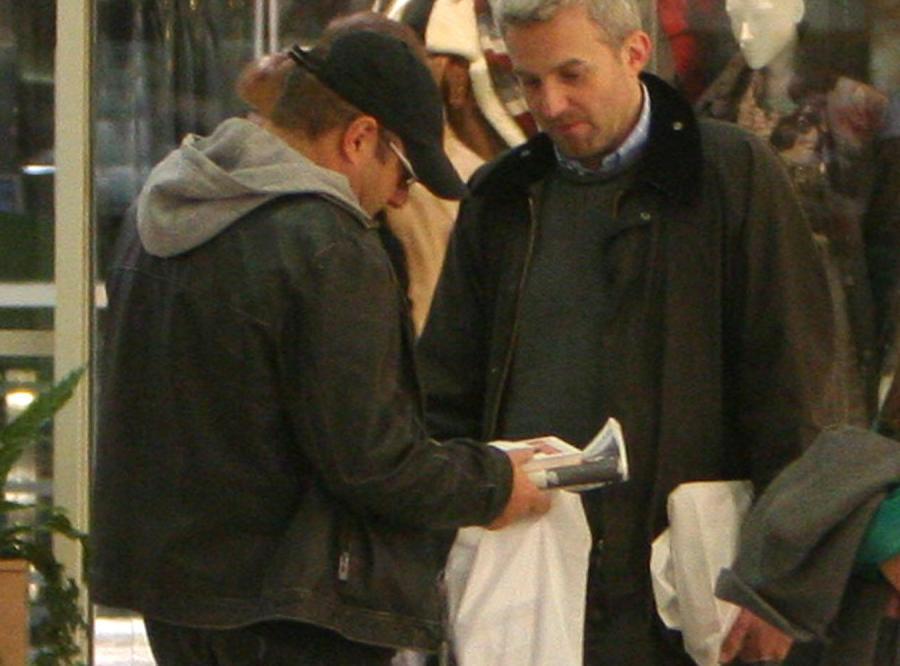 Piotr Gąsowski i Hubert Urbański spotkali się na zakupach i pokazują sobie zdobycze