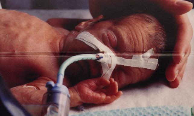 Chore dzieci i umierający na raka na opakowaniach papierosów