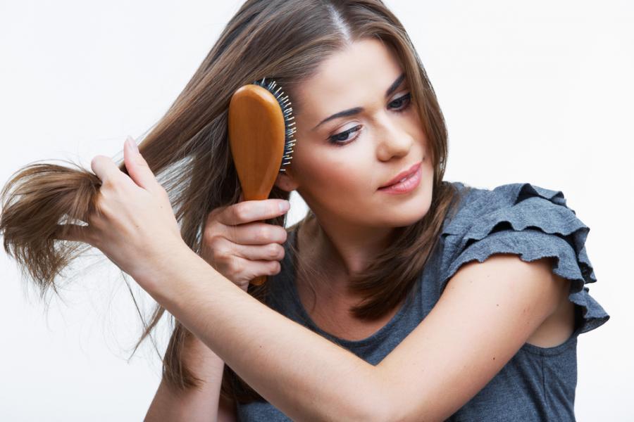 Kobieta rozczesująca włosy