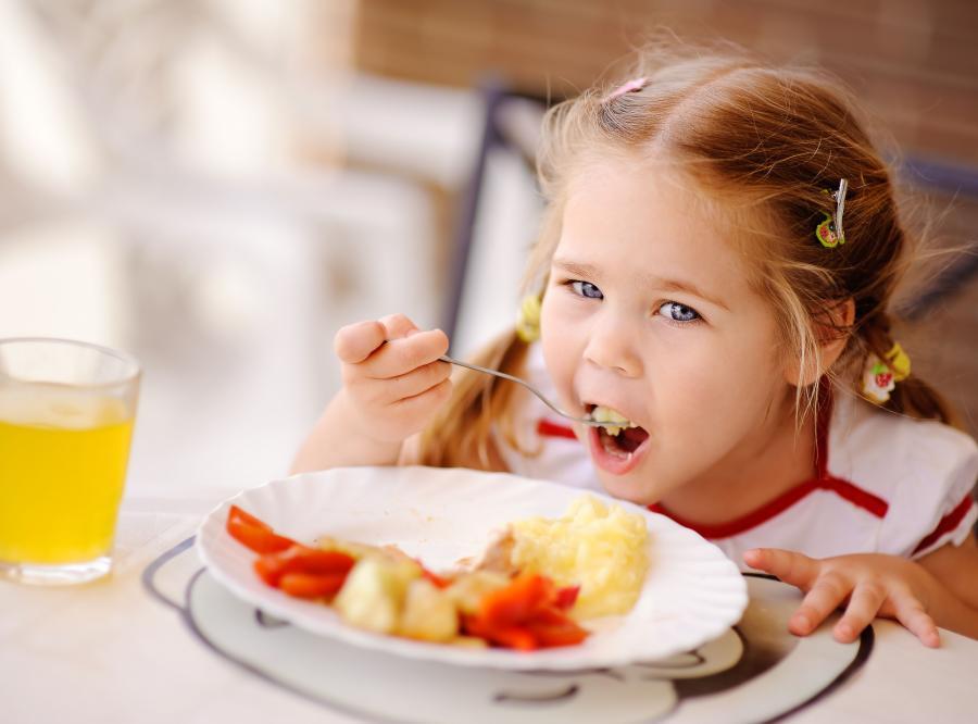 Dziewczynka je posiłek