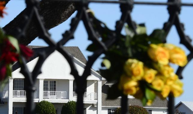 """Kwiaty przed Southfork Ranch, gdzie kręcony był serial """"Dallas"""""""