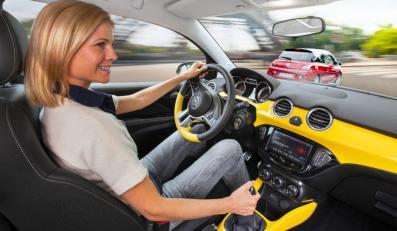 Dziewczyna za kierownicą