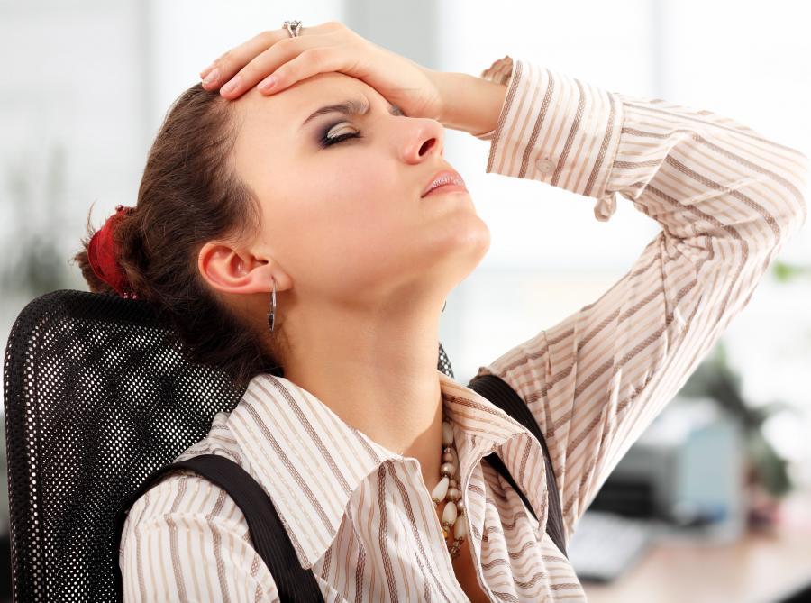 kobieta zmęczona w pracy