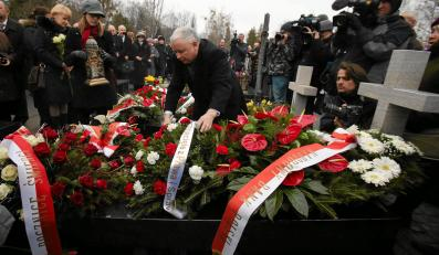 Jarosław Kaczyński składa wieńce na grobach w Kwaterze ofiar katastrofy smoleńskiej na Powązkach