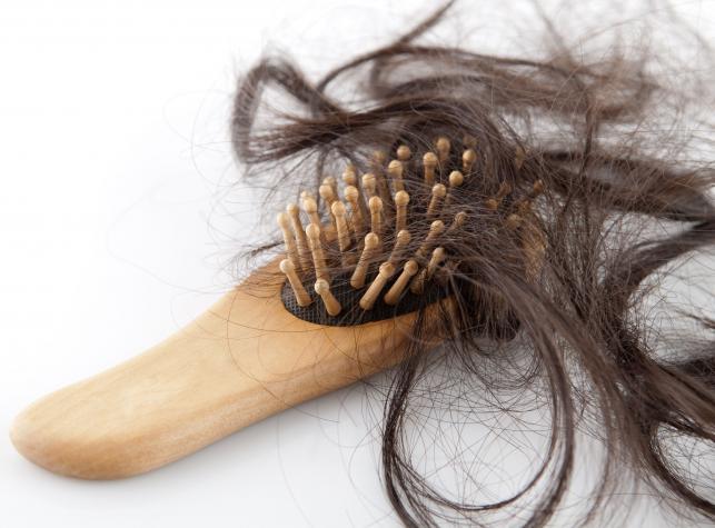 2. Wypadanie włosów, zaczerwienienie i wysypka na twarzy (lub innych partiach ciała)