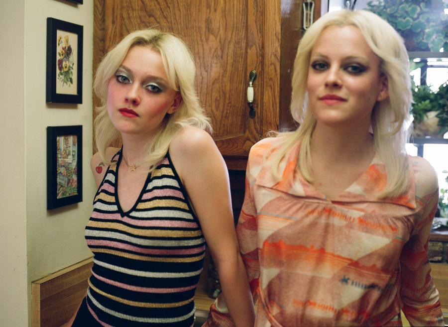 """Riley Keough i Dakota Fanning w filmie """"The Runaways"""""""
